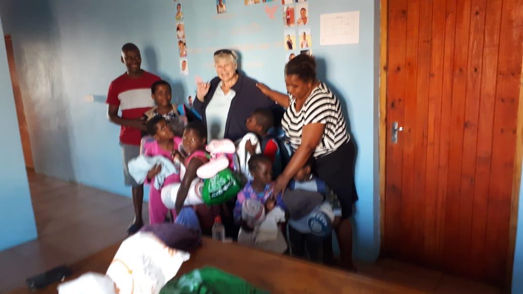 Lebensmittel und Kleidung für das Waisenhaus